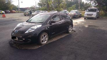 В Челябинске новый асфальт уложили вокруг припаркованной машины